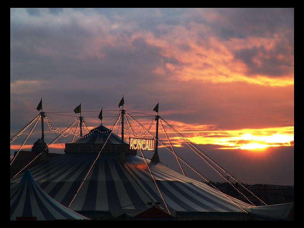 Himmelszelt über Zirkuszelt