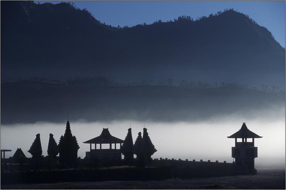 "hindu-tempel im ""sandmeer"" am gunung bromo"