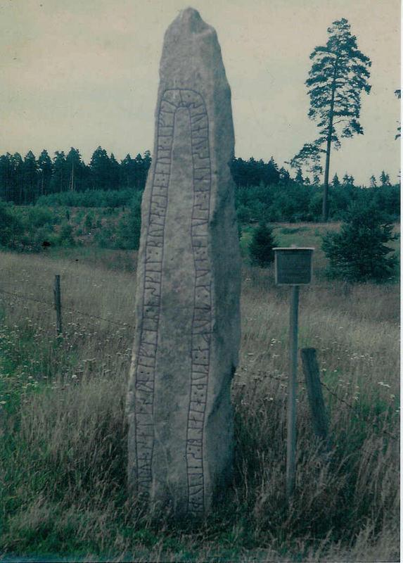 Hinkelstein mit Runen - Menhir avec des runes