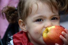 hinter dem Apfel, das bin ich