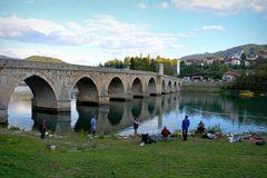 Hinter der Brücke über die Drina
