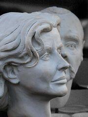 Hinter einer bildschönen Frau steht oft ein farbloser Mann  (1285)