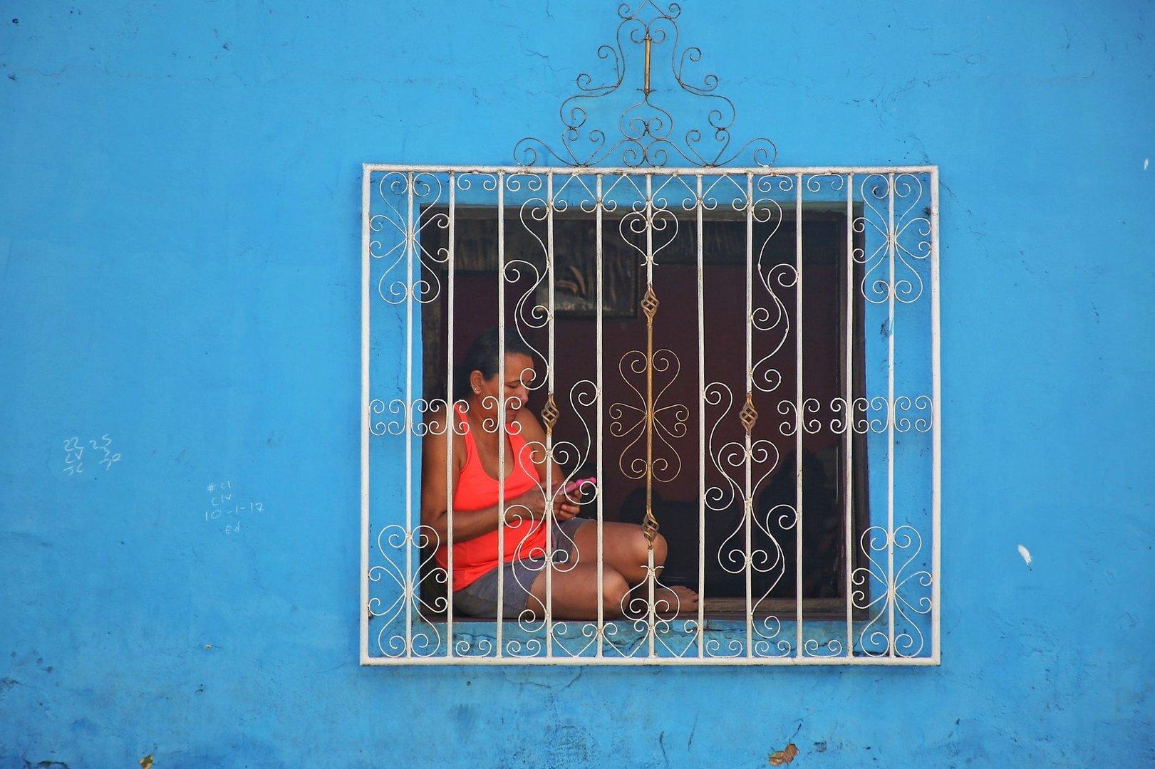 hinter Gitter