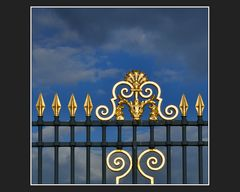 Hinter goldenen Gittern