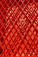 Hinter roten Gittern