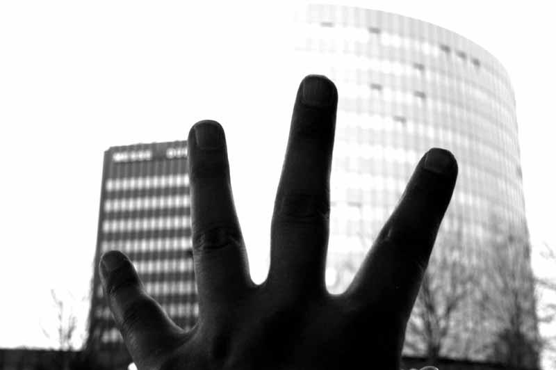 HINTER VORGEHALTENER HAND....