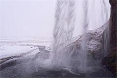 Hinterm Wasserfall ist es einigermaßen trocken..
