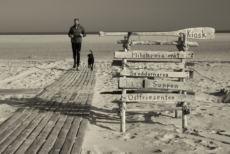 Hinweisschild zum Strandkiosk