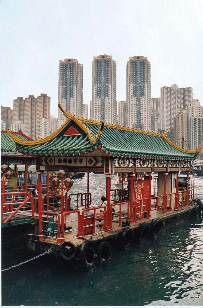Historischer Hafen Aberdeen vor Hongkong-Kulisse