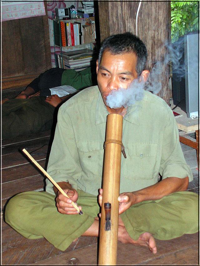 Hmong-Mann mit Opium-Pfeife, wohl ohne Opium