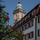 Hoch oben steht der Turm der Stadtkirche