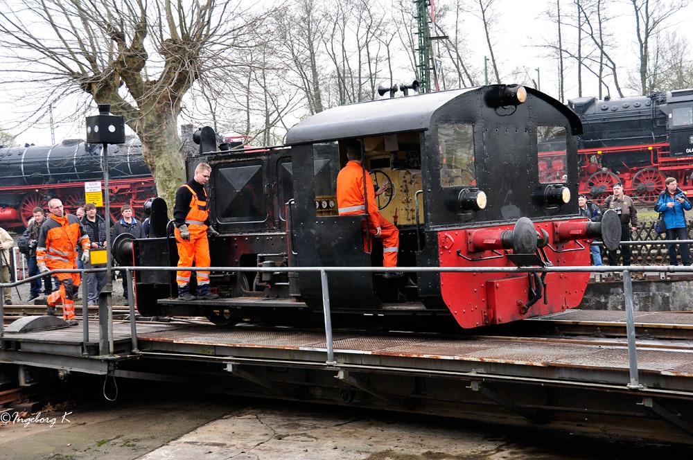 Hochbetrieb bei der Vorbereitung der Vorführung der Eisenbahnen auf der Drehscheibe