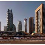 Hochhäuser und Metrostation Dubai