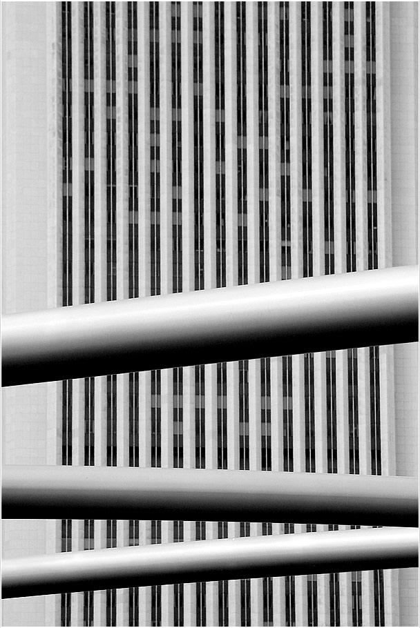 Hochhausfront mit Metallgedöns
