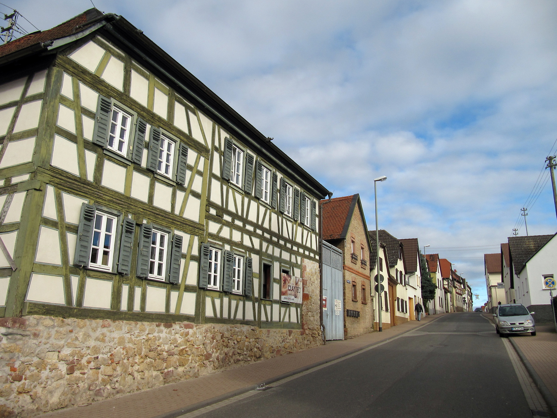 Hochheim-Massenheim:  Straßenfront mit dörflichen Charakter in der Untergasse von Massenheim