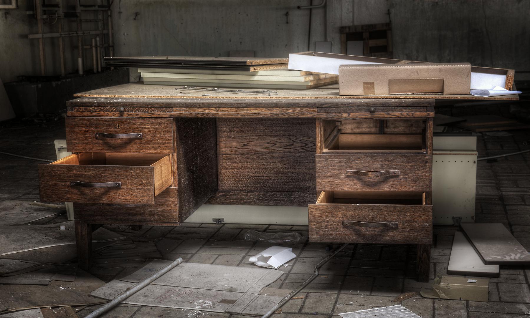 Hochmoderner Schreibtisch .....