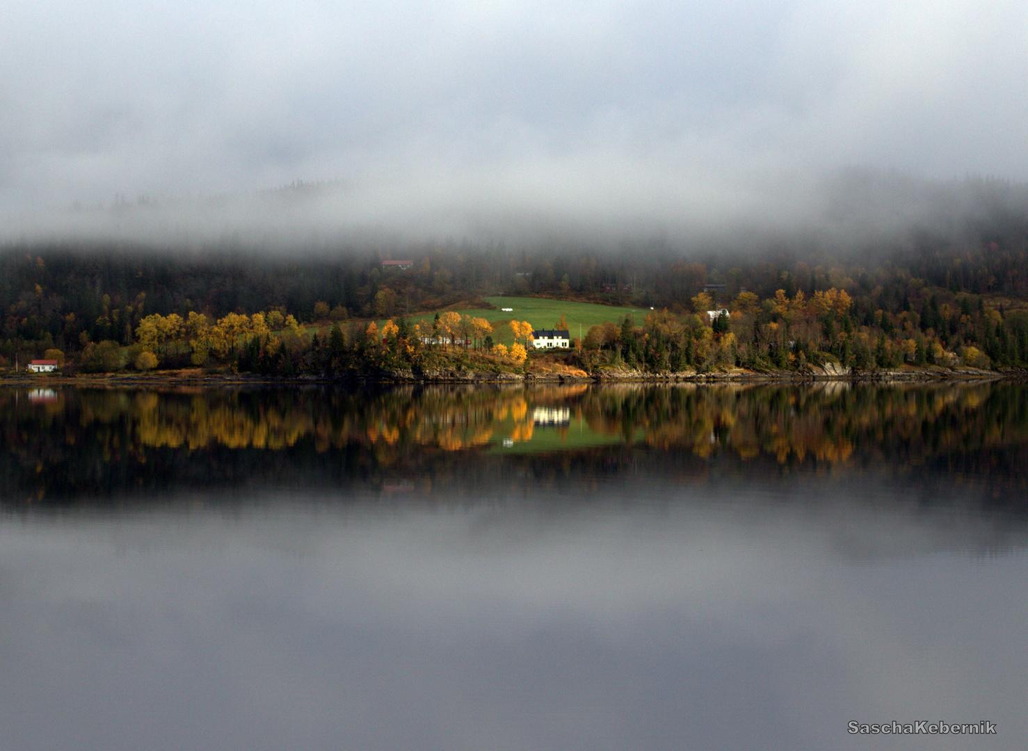 Hochnebel auf der anderen Fjordseite