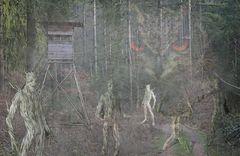Hochsitz mit Eule und Waldgeistern