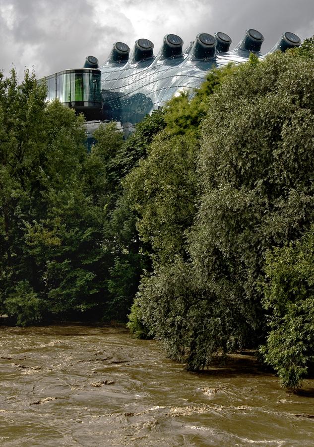 Hochwasser führende Mur mit Kunsthaus in Graz!