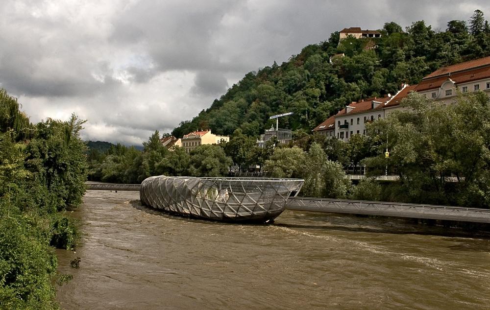 Hochwasser führende Mur mit Murinsel in Graz! (1)