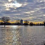 Hochwasser in Düsseldorf - - Blick von Oberkassel auf Altstadt und Medienhafen