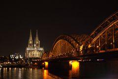 Hohenzollernbrücke in Kölner Nacht