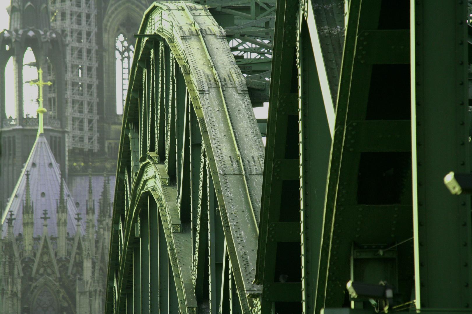 Hohenzollernbrücke mit Dom in Köln