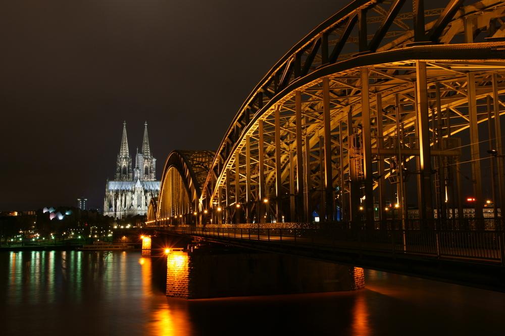 Hohenzollernbrücke und Kölner Dom bei Nacht