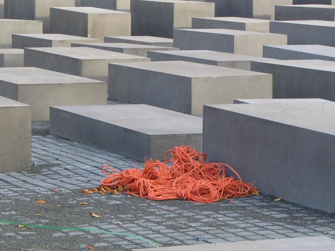 Holocaust-Denkmal mit Farbkleks