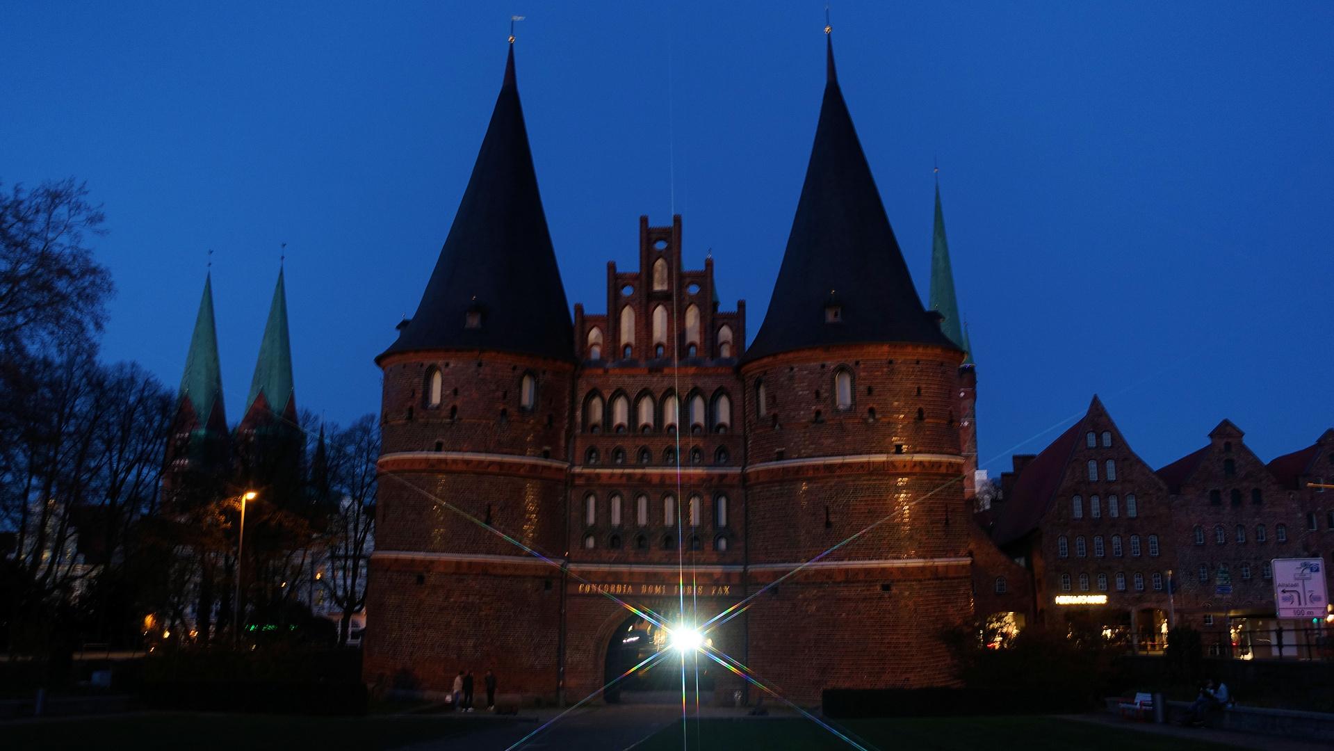 Holstentor (Lübeck) zur blauen Stunde