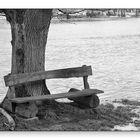 Holzbank im Hochwasser