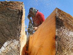Holzbildhauer bei der Arbeit