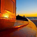 ... Holzboot in der Morgensonne ...