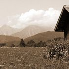Holzhütte mit Aussicht auf das Gebirge