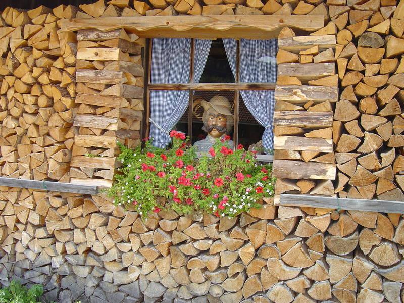 Holzhütte sei wachsam