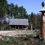 Holzskulptur am Teich