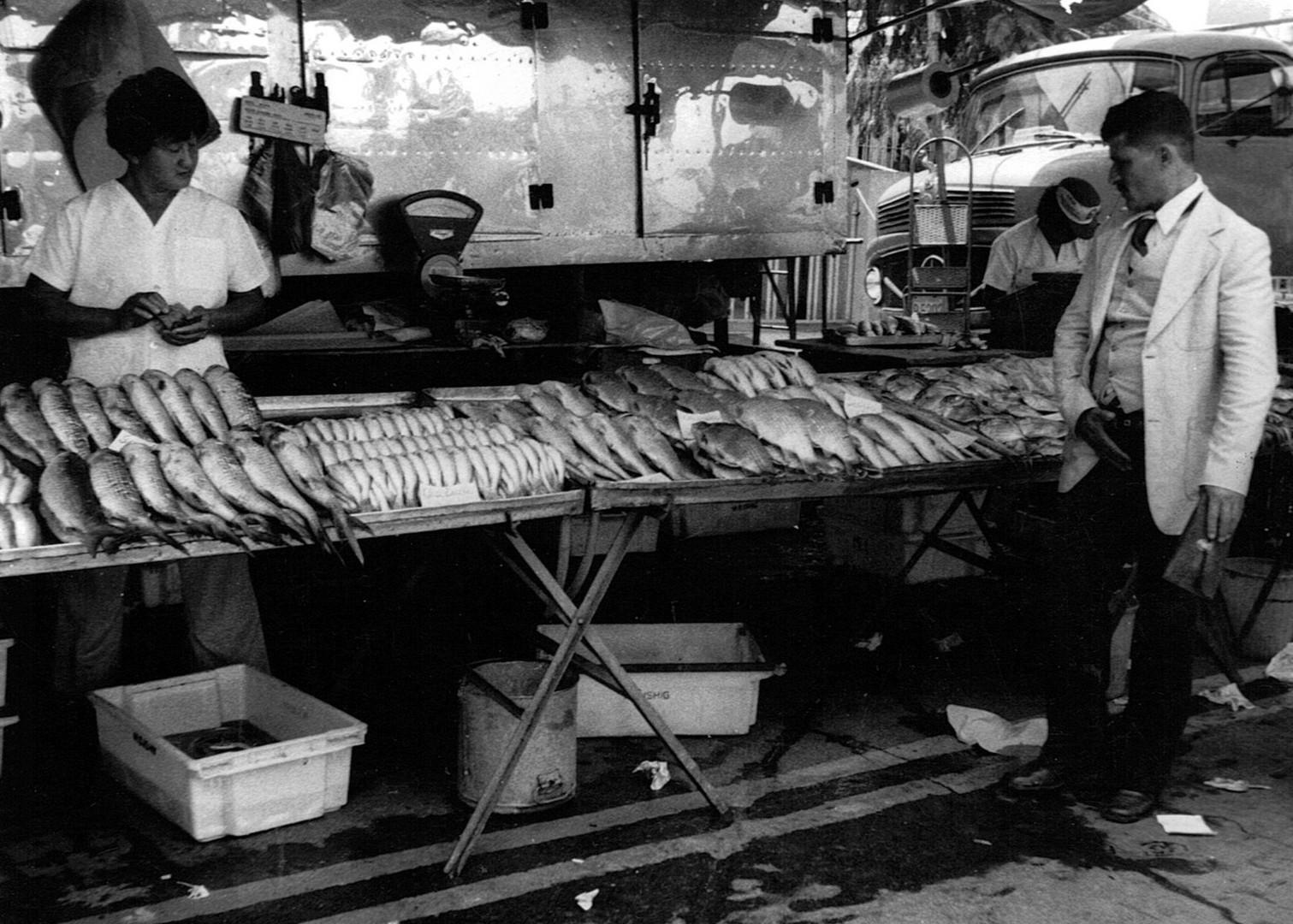 Homem de terno e peixeiro