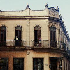 Homme et femme au balcon (et un chien)