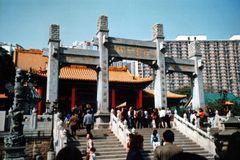 Hong Kong: Tempel und Hochhaus (MW 1997/3 - hd)