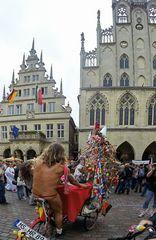 Hoppla! Ohne Worte und das in Münster vor dem Rathaus.............#17.2567#17/50