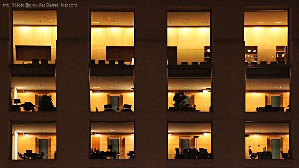 Hotellfenster bei Nacht