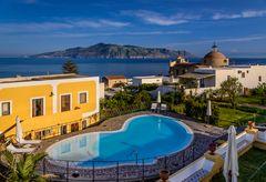 Hotelpool, Santa Marina Salina, Liparische Inseln, Sizilien