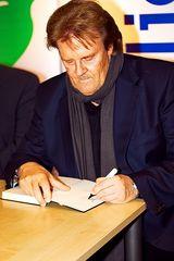 Howard Carpendale signiert sein Buch
