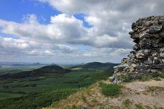 Hradek 566m im Böhmischen Mittelgebirge , von dem diese Aussicht...
