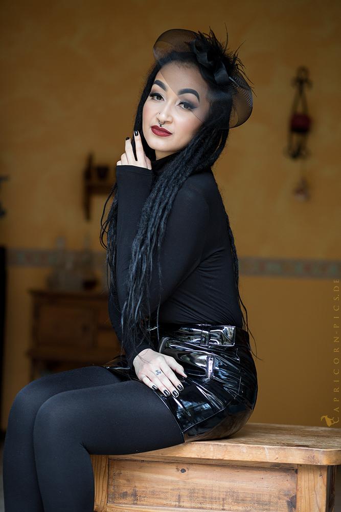Hübsche Frau, auf Tisch sitzend. Foto & Bild