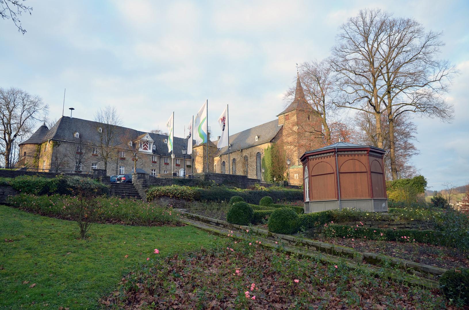 Hückeswagener Schloß mit Pavillon im Rosengarten