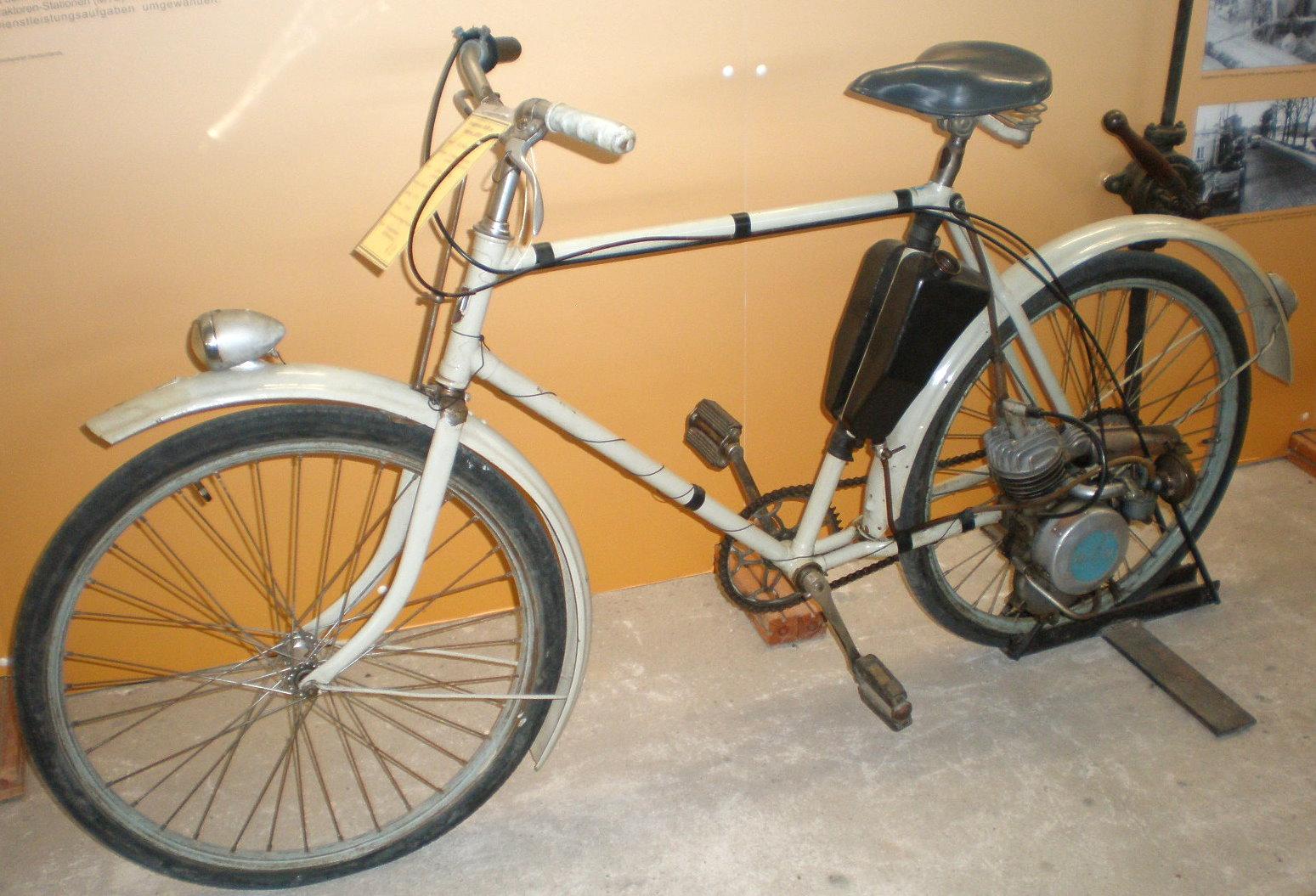 h hnerschreck aus der ddr fahrrad mit hilfsmotor foto. Black Bedroom Furniture Sets. Home Design Ideas
