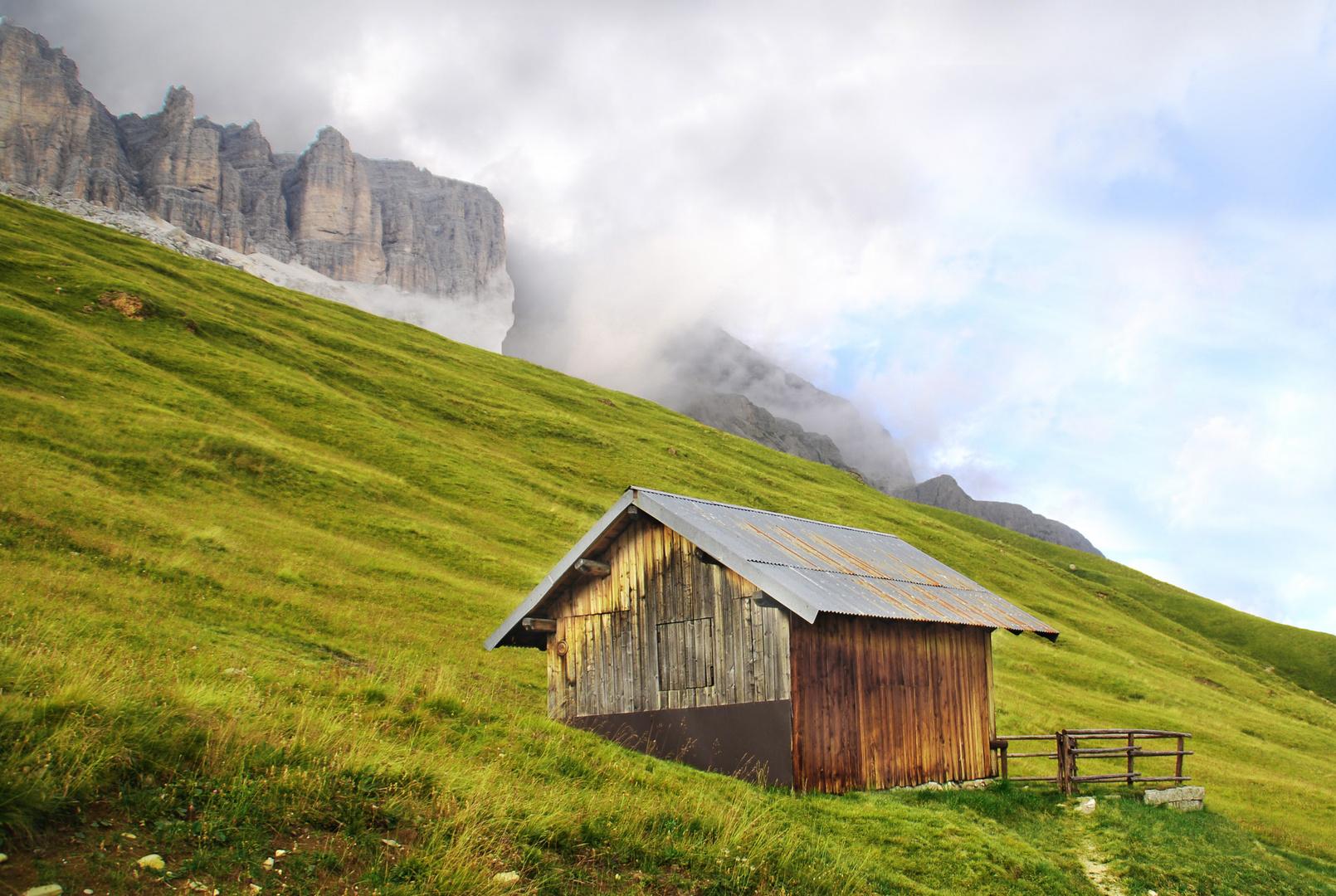 Hütte am Passo Pordoi