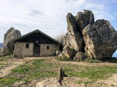 Hütte zwischen Felsen