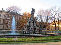 Hugenottenbrunnen im Herbst